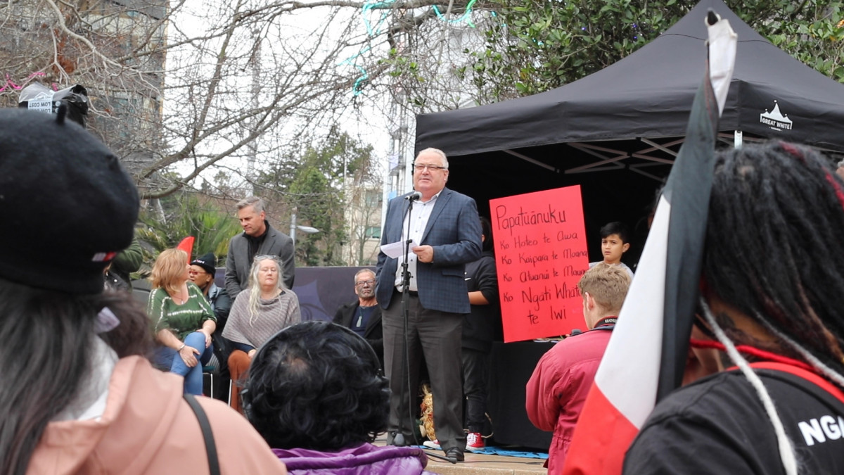 Auckland Deputy Mayor Bill Cashmore accepting petition